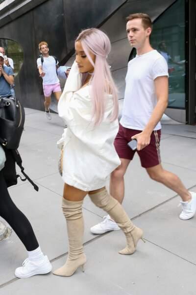 Ariana Grande change de couleurs de cheveux comme de chaussures et tout lui va!