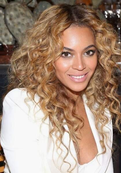 Les boucles avec racines apparentes (Beyoncé)