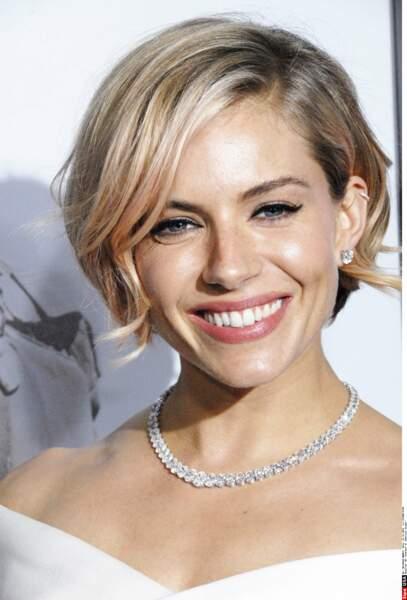 Sienna Miller prouve que l'on peut porter le rose en touche délicate pour rehausser une coiffure classique