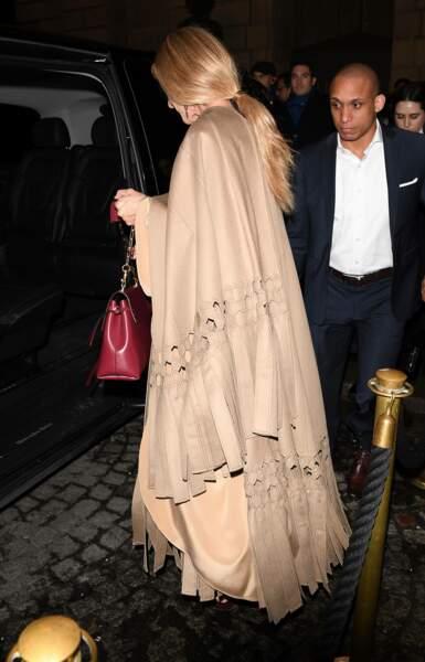 Céline Dion dans une robe longue beige et queue-de-cheval chez Valentino