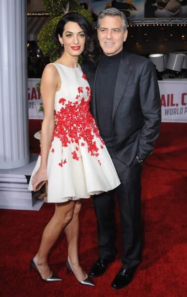 Amal Clooney : un style classique toujours avec un léger twist comme cette robe courte unie mais fleurie en 2016