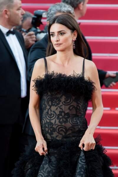 La bomba latina Penelope Cruz et sa fameuse robe noire effet transparent, lors du festival de Cannes 2018.