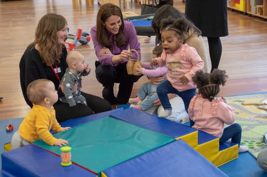 La duchesse de Cambridge s'est assisse avec les enfants pour jouer avec eux