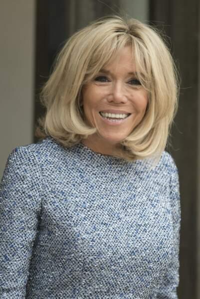 Brigitte Macron dans une toute nouvelle robe à l'imprimée tweed, très tendance cette saison