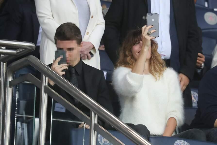 Lou Doillon et son fils Marlowe accros à leurs smartphones