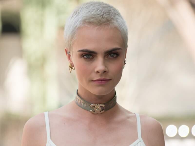 Cara Delevingne opte pour le choker large et griffé Chanel
