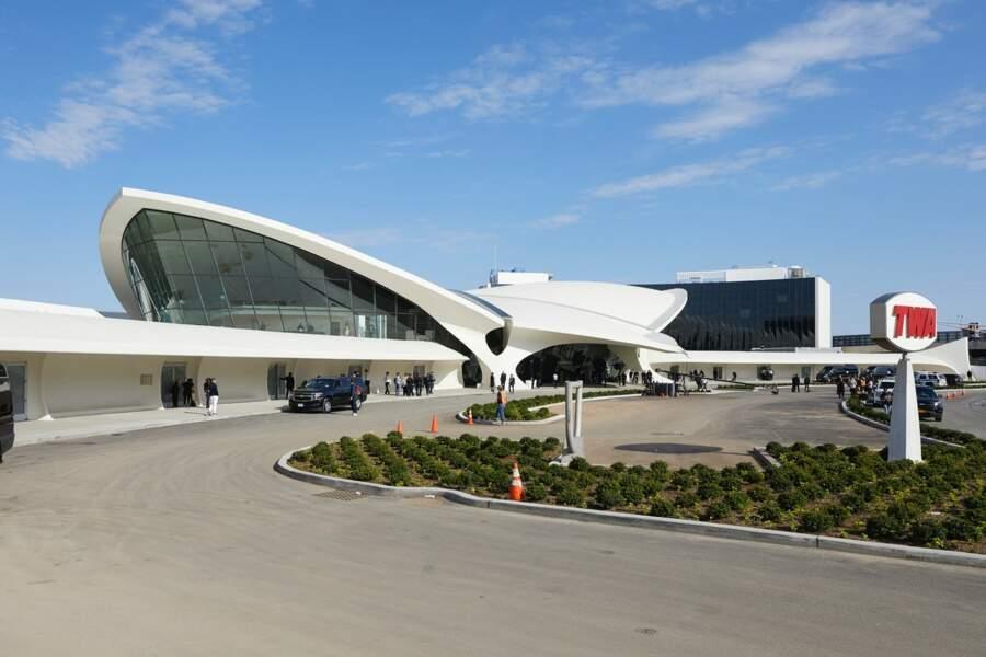 Pour le Défilé Croisière 2020 Louis Vuitton, Nicolas Ghesquière a choisi l'aéroport John F. Kennedy à New-York.