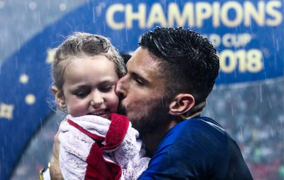 Olivier Giroud embrasse tendrement sa fille Jade, après la victoire des Bleus à la Coupe du monde