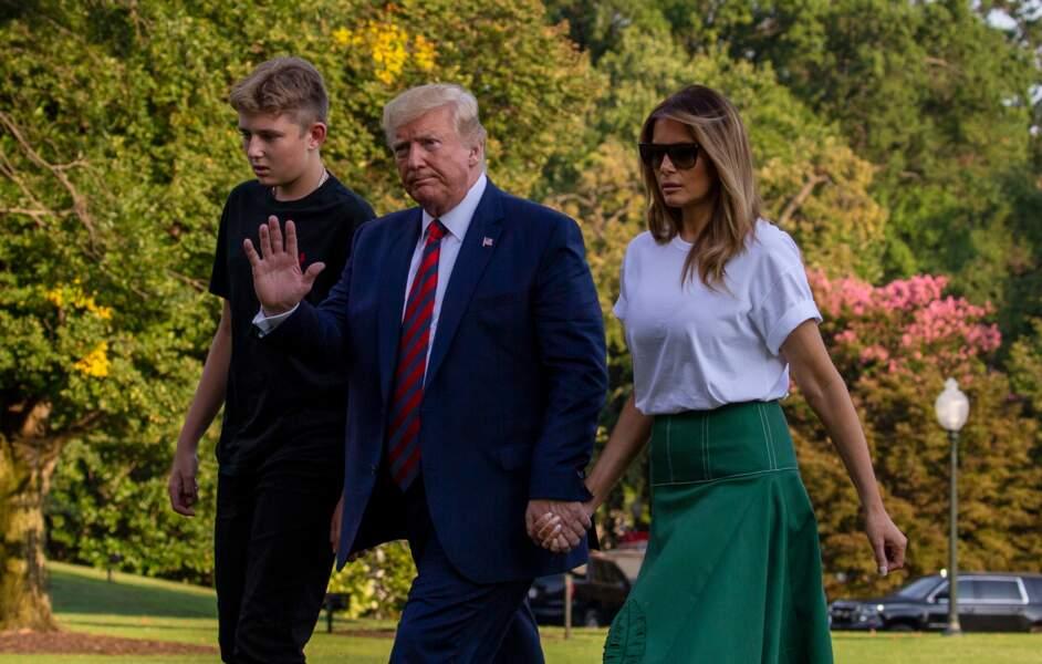 Donald Trump salue un garde de la Maison Blanche, Melania apparaît avec un maquillage réduit au nécessaire