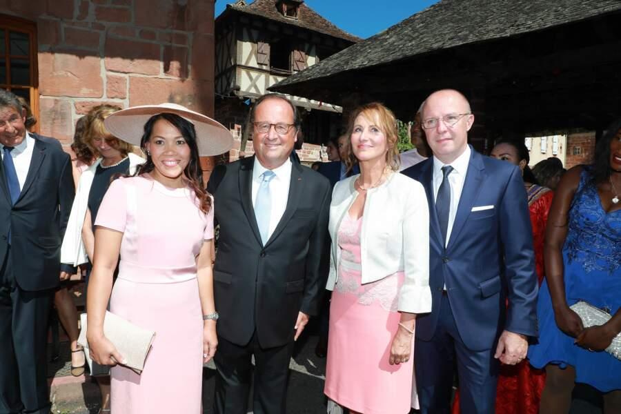 Ségolène Royal et François Hollande posent côte à côte lors du mariage de leur fils Thomas Hollande.