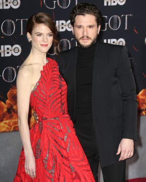 Rose Leslie avec un chignon side-hair et son mari Kit Harington rencontré sur le plateau de la série
