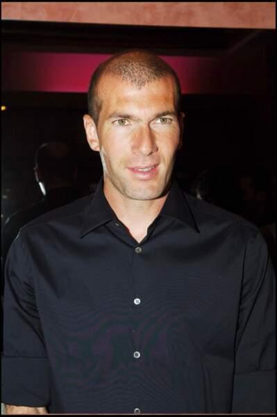 """Zinédine Zidane lors d'une soirée en faveur de l'association """"Les Enfants du Sahara"""" à Paris en 2005"""