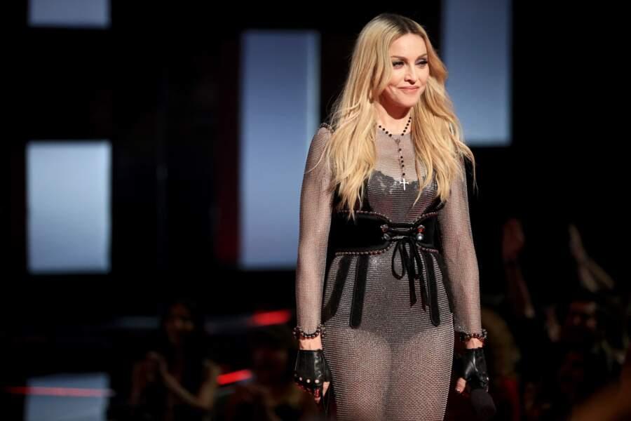 Madonna et sa chevelure blonde maxi longueur effet racine, aux iHeartradio Music Awards en 2015