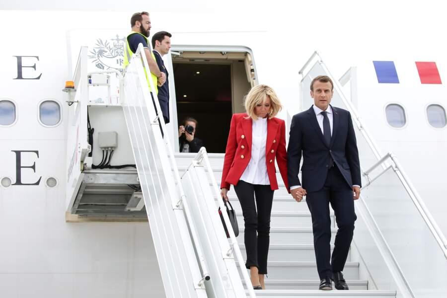 Brigitte Macron en rouge et blanc, les couleurs du drapeau canadien pour son arrivée au Canada