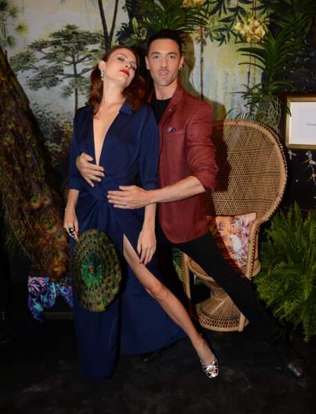 Elodie Frégé canon en robe décolletée pose avec Maxime Dereymez