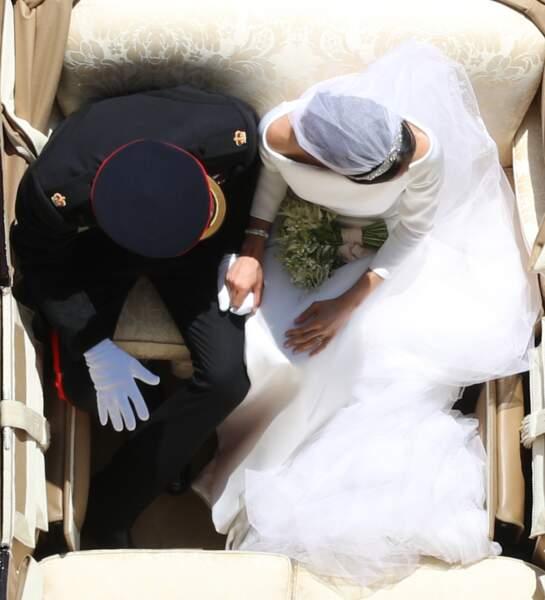 Harry et Meghan, main dans la main dans la calèche à la sortie du château de Windsor le 19 mai 2018