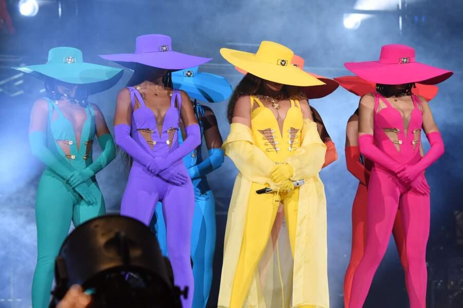 Beyonce offre un véritable festival de look color block sur scène avec ses choristes toutes en Atelier Versace