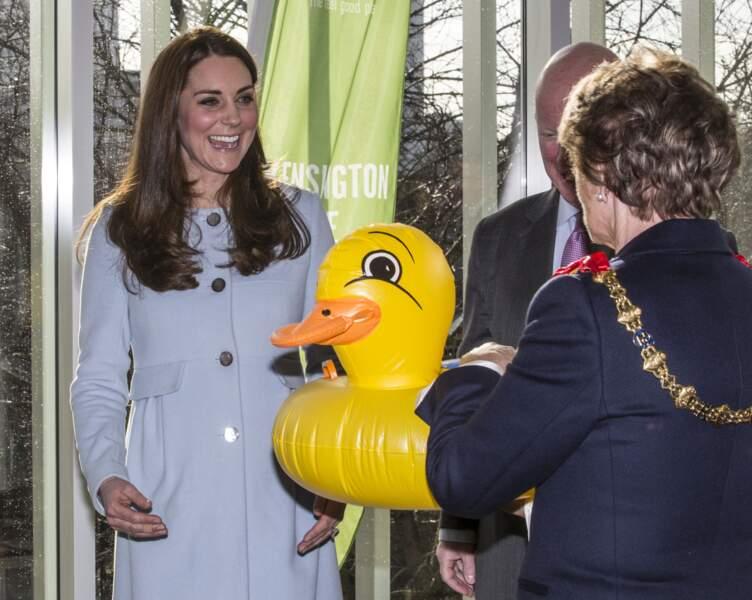 Kate Middleton, enceinte de 5 mois dans un manteau boutonné, à Londres, le 19 janvier 2015.