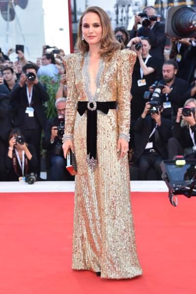 Natalie Portman en robe à épaulettes scintillante
