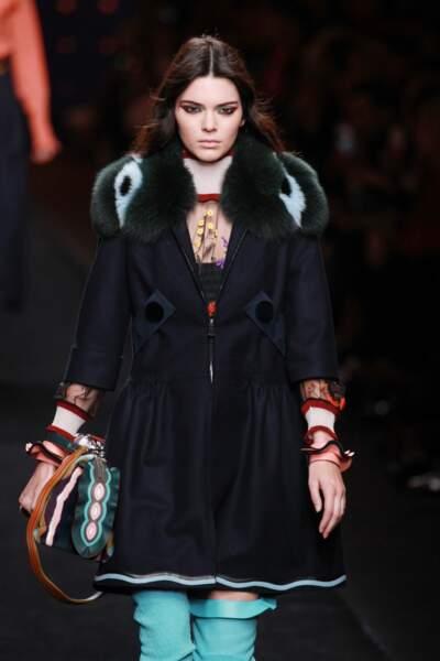 Kendall Jenner adopte un liner multicolore chez Fendi