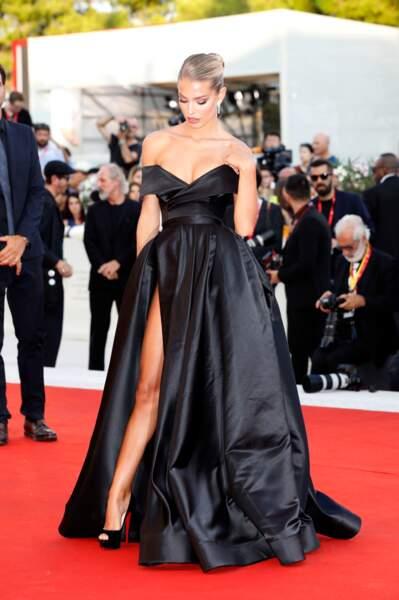 Pour l'occasion, Jessica Goicoechea portait une robe longue très échancrée