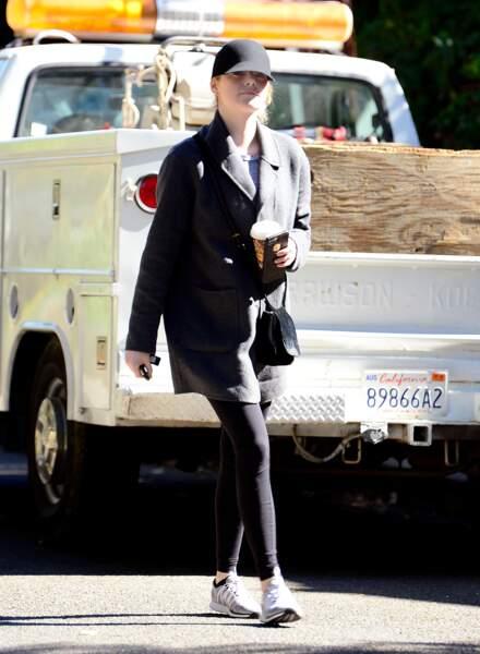Emma Stone les cheveux en chignon sous sa casquette
