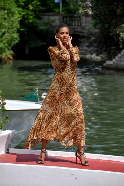 On craque pour la coupe de la robe Twinset de Tina Kunakey, à la fois cintrée et vaporeuse.