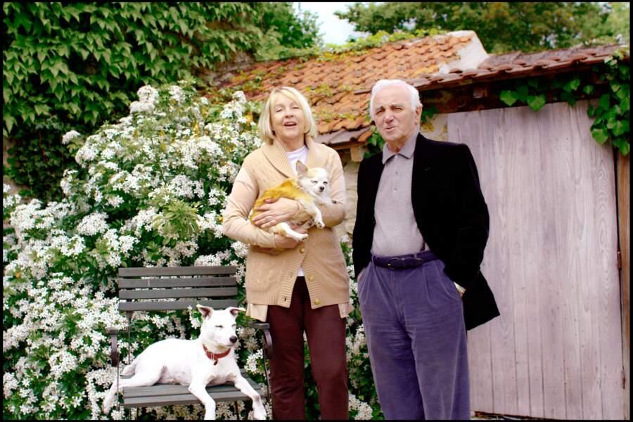 Charles Aznavour et sa femme Ulla et leurs chiens