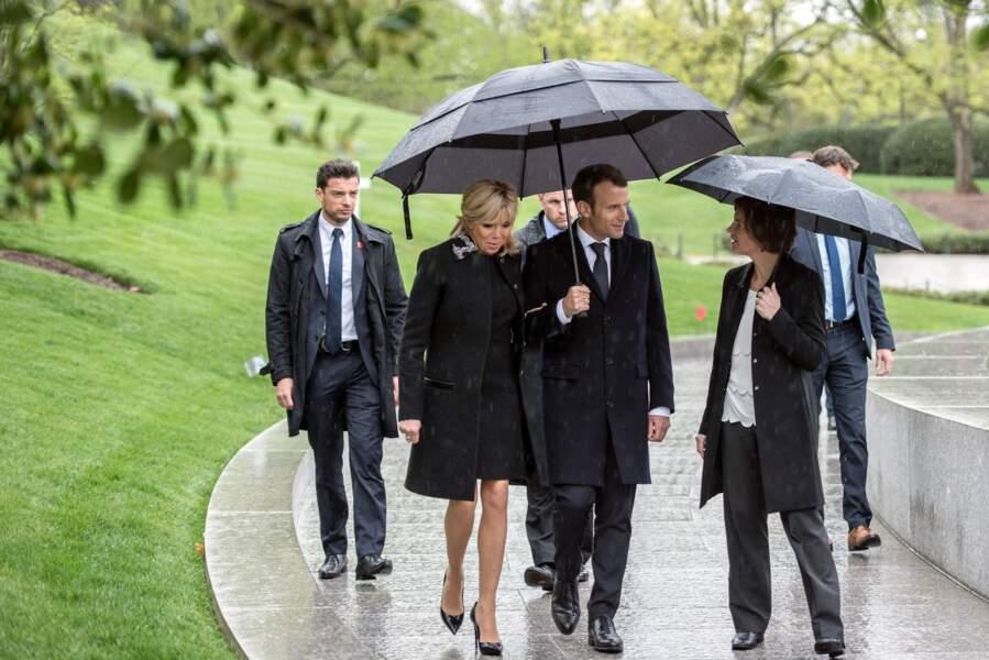 Le garde du corps de Brigitte Macron suit la Première dame de très près