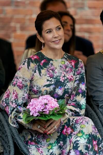 Mary de Danemark toute de fleurs vêtue, fleurs à la main, au festival des fleurs