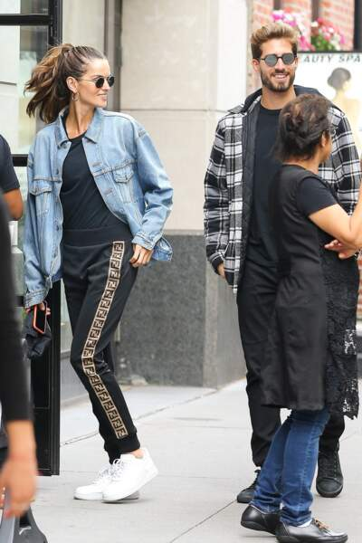 Izabel Goulart assortit son pantalon Fendi d'une paire de sneakers blanches unies