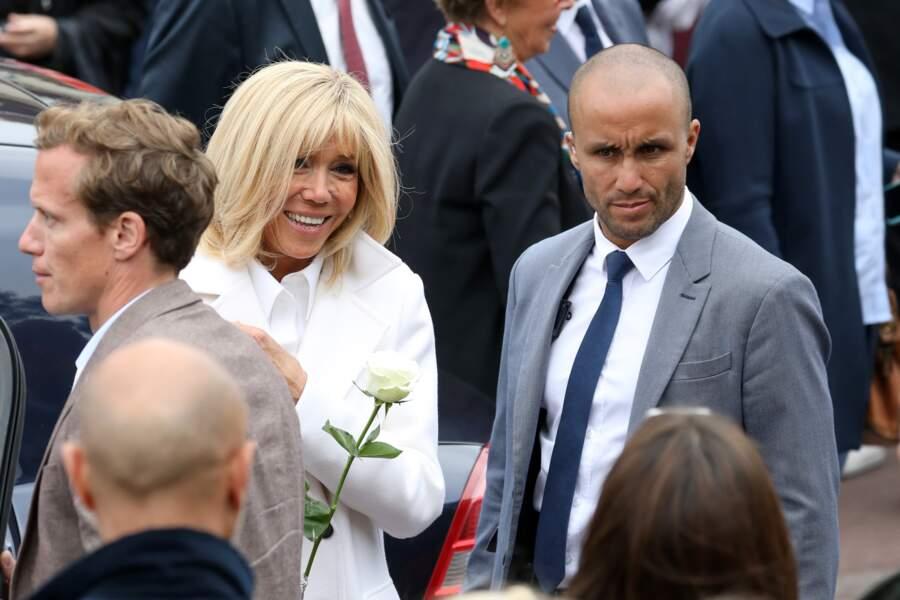 Très remarqué au côté de Brigitte Macron, ce nouveau garde-du-corps au teint mat et au crâne rasé