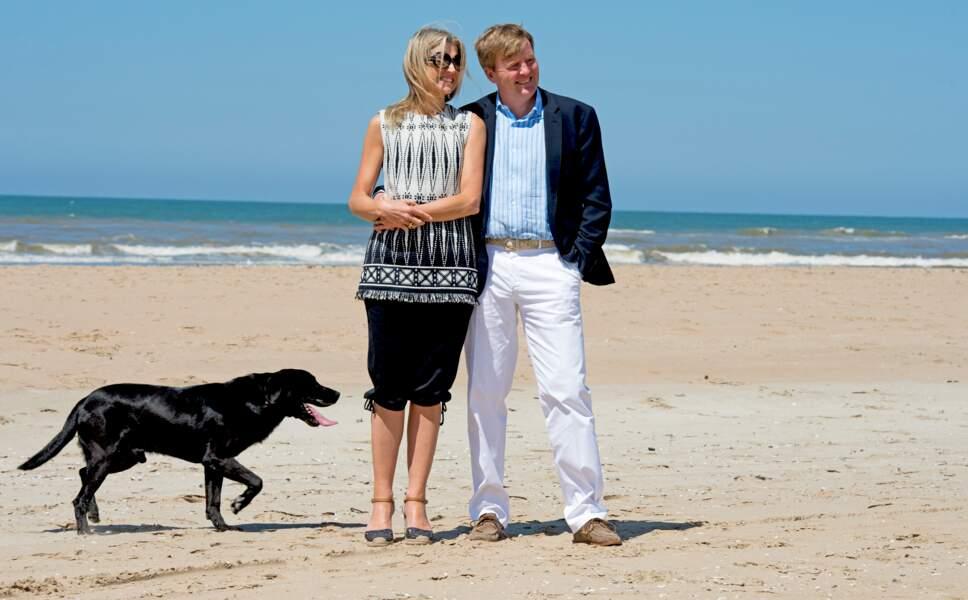 Le roi Willem-Alexander et sa femme Mamimaposent sur la plage à Wassenaar, le 10 juillet 2015
