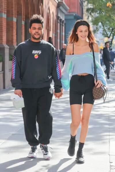 Off duty, Bella Hadid est adepte du short cycliste, ici avec son compagnon The Weeknd.