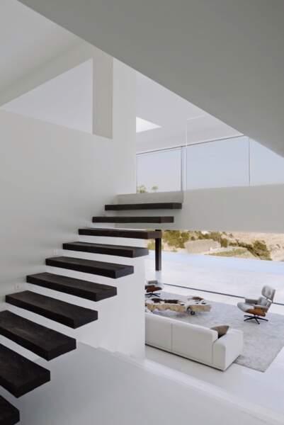 Orientée Sud, cette demeure s'étend sur 1 200m2 repartis en trois étages