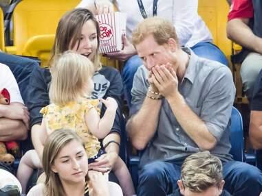 PHOTOS – Craquant avec une fillette, le prince Harry fait le clown lors des Invictus Games