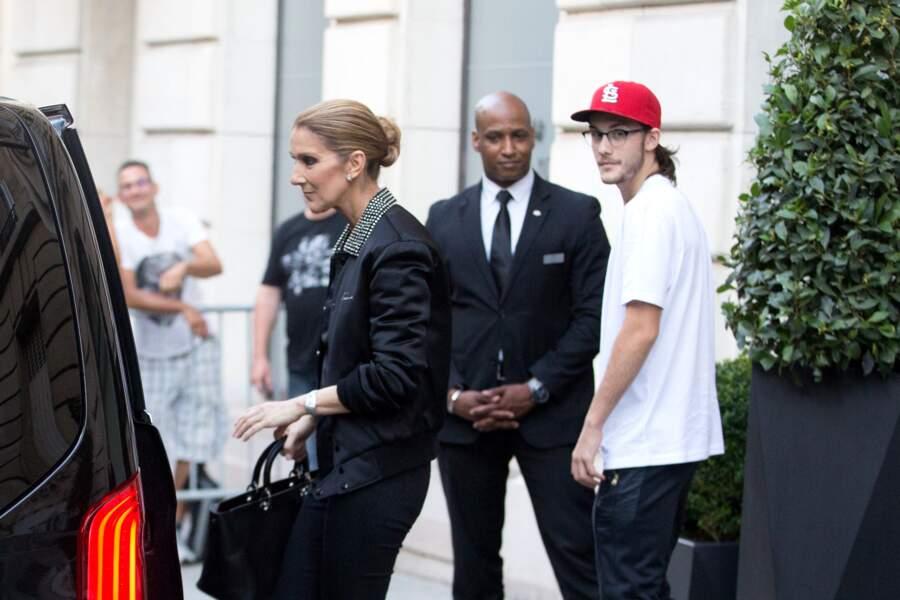 Céline Dion et son fils René-Charles Angélil sortent de l'hôtel Royal Monceau à Paris le 7 juillet 2017