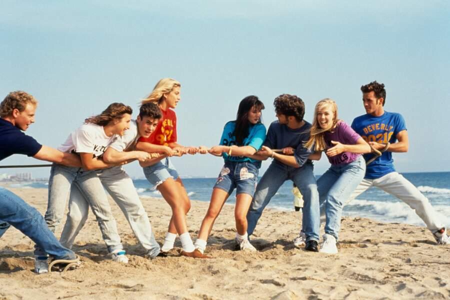 """Luke Perry en 1991 avec ses partenaires dans la série """"Beverly Hills"""", 90210"""
