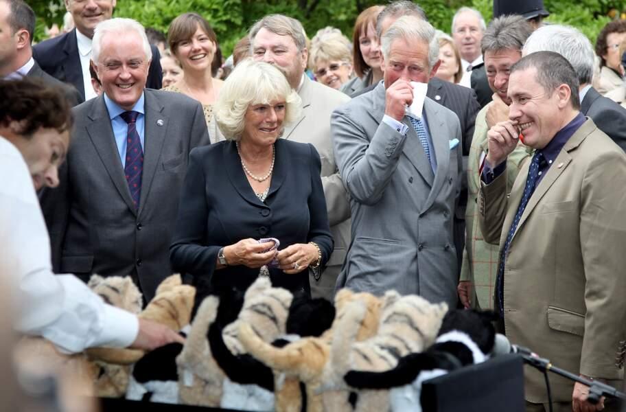Camilla et le prince Charles, pris d'un fou rire lors d'une garden party à Clarence House le 10 septembre 2010