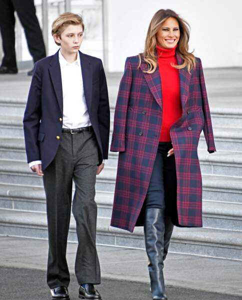 Melania Trump, en manteau à carreaux Calvin Klein, avec son fils Barron à Washington, le 20 novembre 2017