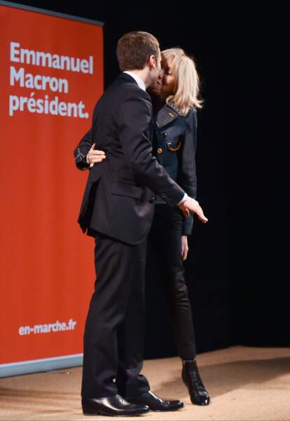 Tendre baiser entre le couple