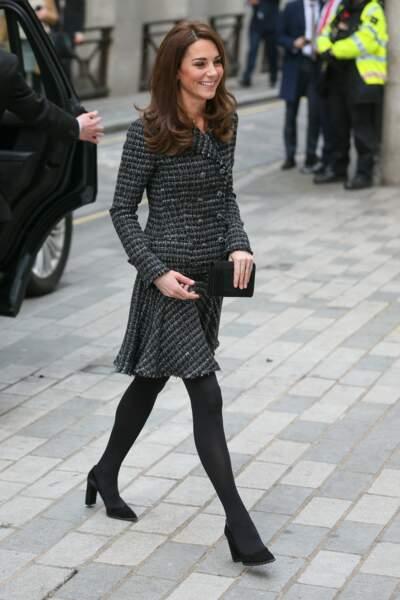 Kate Middleton dans un look sobre et élégant avec une pochette Mulberry et des escarpins noirs