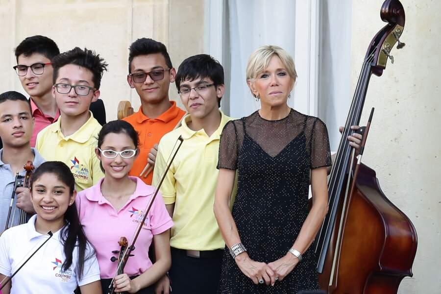 Brigitte Macron : une nouvelle nuance de blond et un chignon sophistiqué