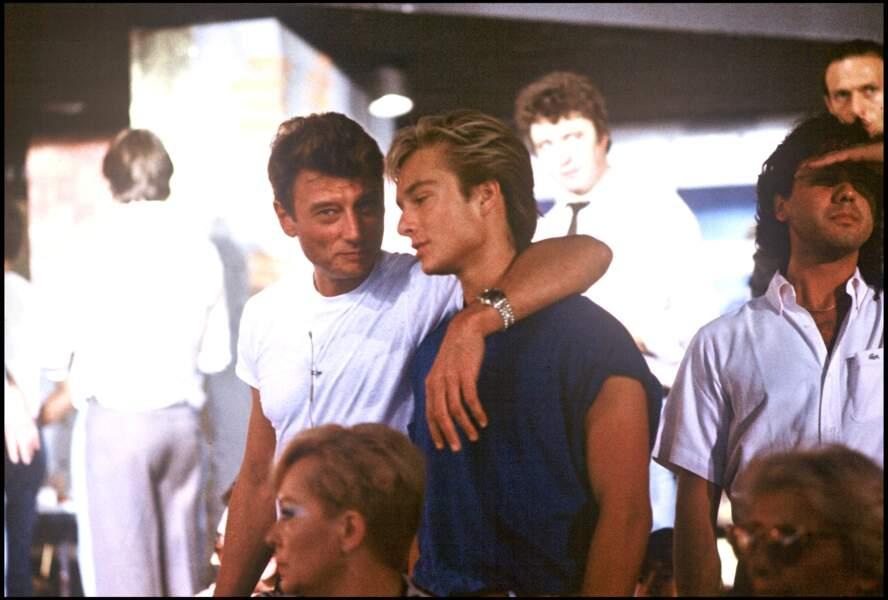 Johnny et David Hallyday dans les coulisses d'un plateau de télévision en 1985
