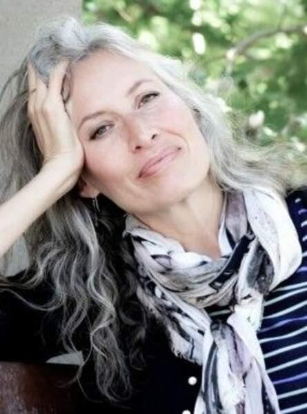Le gris sur cheveux ondulés