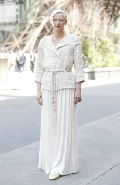 Vest cintrée, jupe d'ingénue, c'est un ensemble virginal pour celle qui fut la reine des glaces