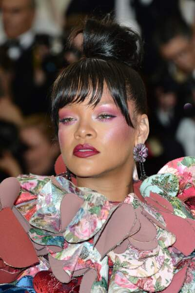 Rihanna joue sur les fards rosés sur les yeux comme les pommettes