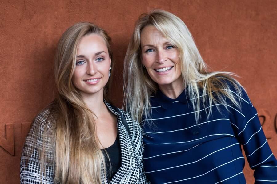 Estelle Lefebure et sa fille Emma Smet avec leurs cheveux longs blonds et naturels