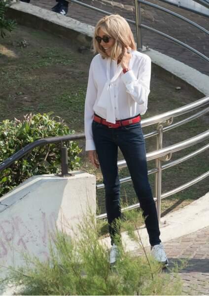 Brigitte Macron stylée en jean estimé à 993 €, blouse blanche 1313 € = un look à 2940 € dimanche 25 août 2019