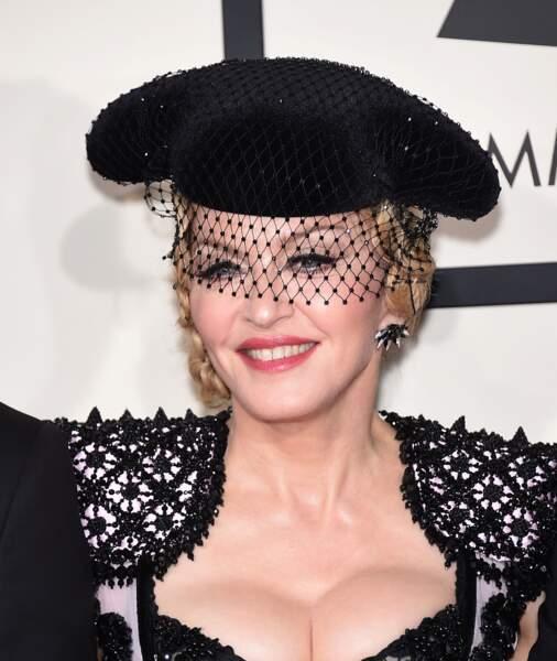 Madonna, coiffée d'un chapeau de torero agrémenté d'une voilette, au Grammy Awards en 2015